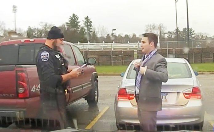 Полицаец запрел студент за брзо возење, но наместо да го казни направил нешто неочекувано (ВИДЕО)