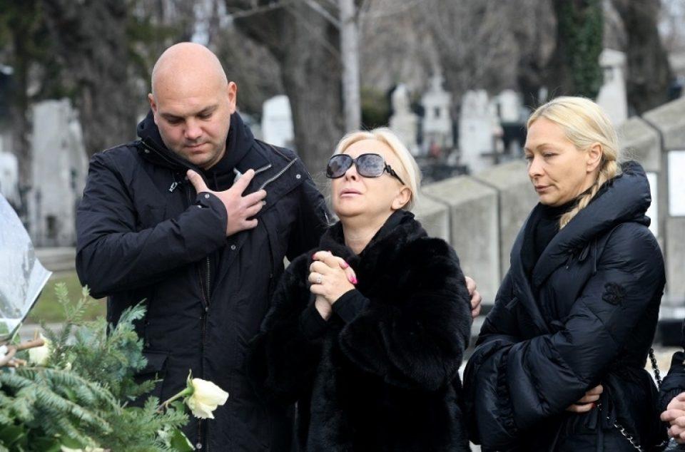 И еден месец по трагедијата семејството не престанува да се шокира- еве што беше пронајдено на неговиот гроб денеска (ФОТО)