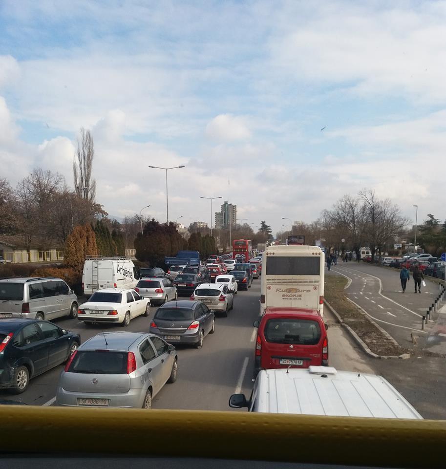 Избегнувајте ја оваа улица: Колони возила и гужва во центарот на Скопје поради реконструкција на убиство (ФОТО)