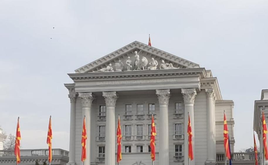 """Заев тврдеше дека на Владата ќе пишува Република Македонија: Денес буквите отстранети за да се додаде """"Северна"""" (ВИДЕО)"""