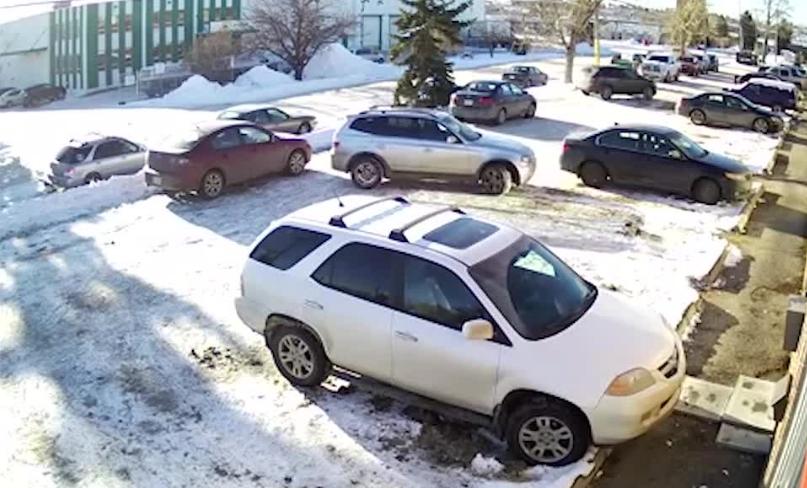Овој човек треба да остане без дозвола: Возач удри автомобил на паркинг, па кога сакаше да избега, направи циркуз (ВИДЕО)