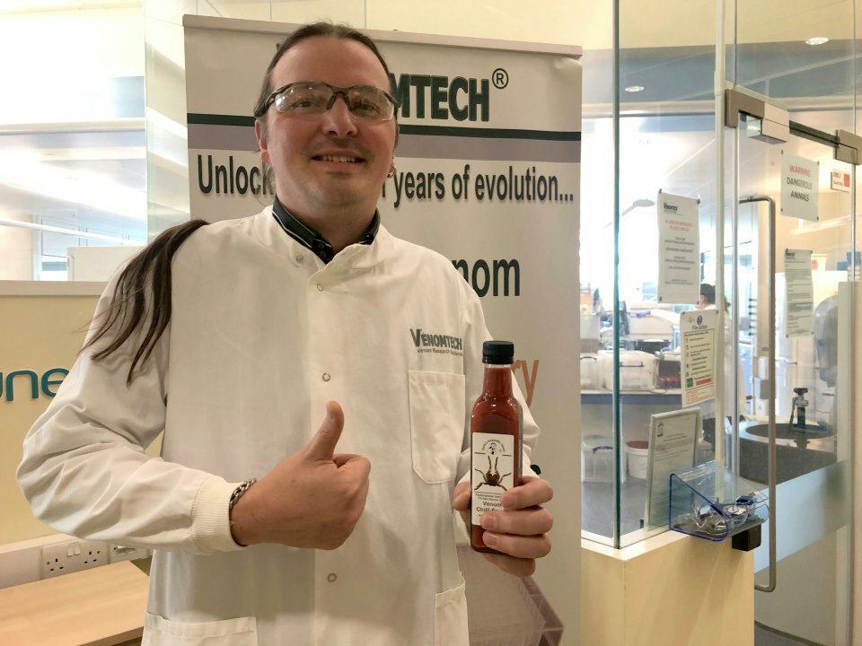 Во Британија почна продажба на лут чили сос со ефект како убод од тарантула