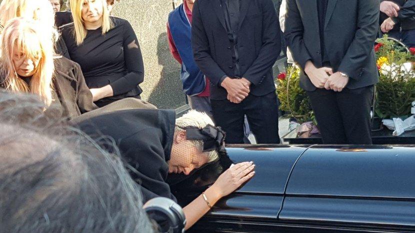 Причината ќе ви ја заледи крвта: Еве зошто Јелена ја скрати косата на денот на погребот на нејзината мајка (ФОТО)