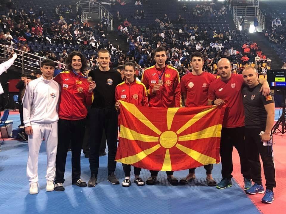 Мицкоски: Сепак и во овие црнила има светли моменти- гордо кренато македонското знаме, со срце за Македонија!