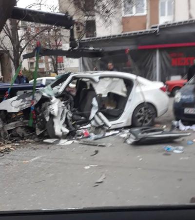 Целосно уништен автомобил во сообраќајна несреќа во Скопје