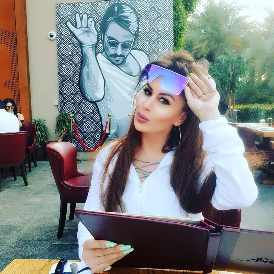 ФОТО: Во чие друштво ужива Мелита во скапиот Дубаи?!
