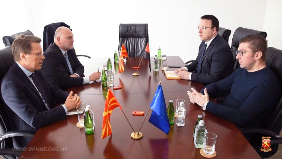Мицкоски на средба со Жбогар: Се нарушува демократскиот амбиент за фер избори