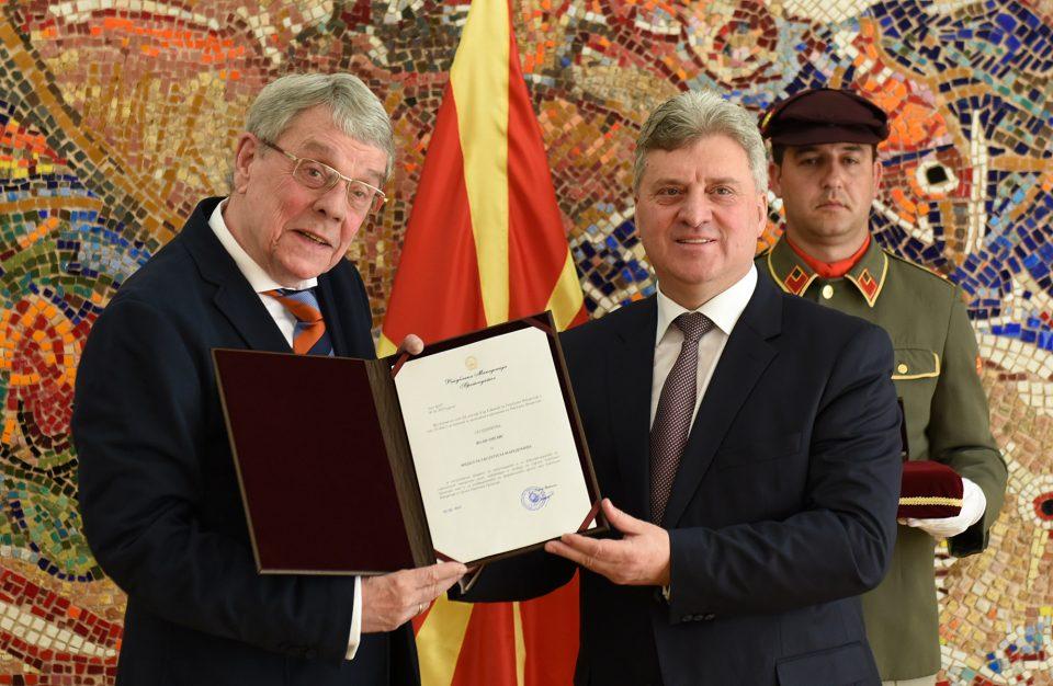 Претседателот Иванов со Медал за заслуги за Македонија ги одликуваше македонистите Волф Ошлис, Виктор Фридман и Кристина Крамер