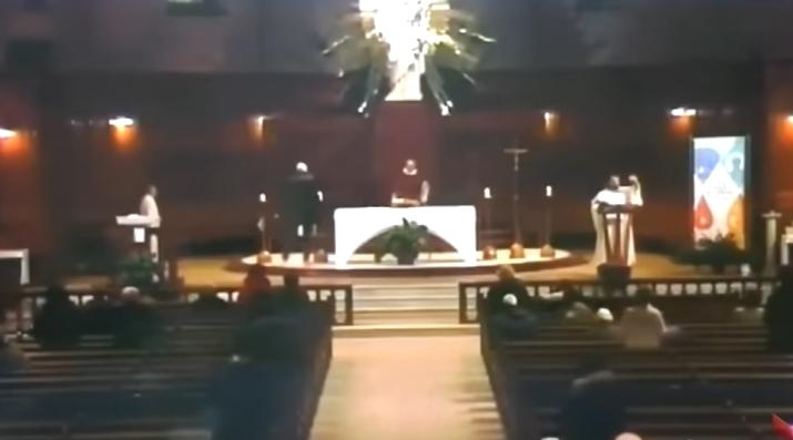 ХОРОР: Добил нож во грб за време на богослужба, бил избоден пред верниците (ВИДЕО)