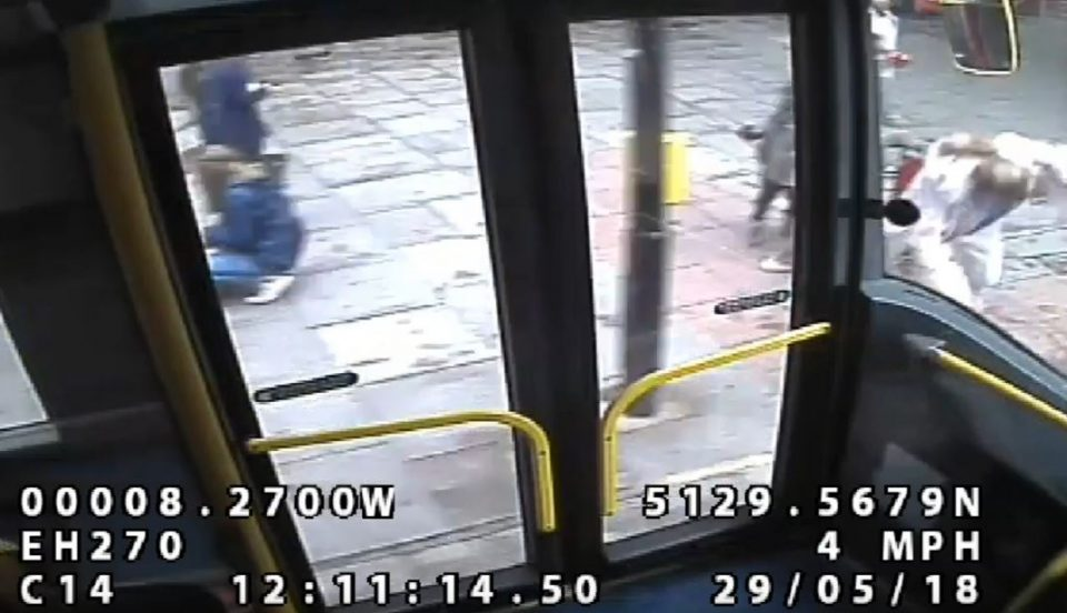 Шокантна снимка од Лондон го згрози светот: Побеснета мајка пред очите на своите деца турна друга жена под автобус (ВИДЕО)
