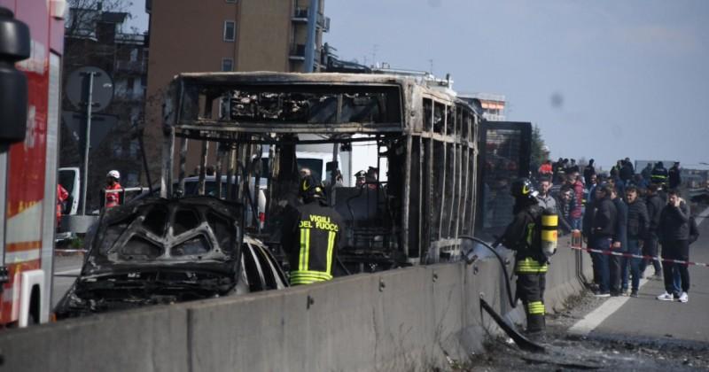 Италија: Мигрант запали автобус полн со деца (ВИДЕО)