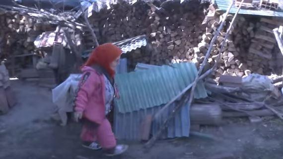 Најнискиот човек во Македонија е оваа бабичка: Малечка сум! Aма човек сум! Ништо не сакам само бојлер да не се капам вo корито!