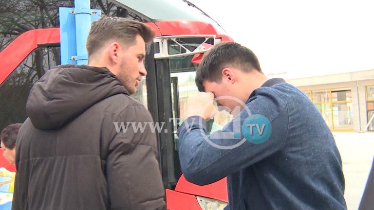Сторија на ТВ21: Солзи и тага во автобусот за Германија, брат се разделува од брат заради подобар живот