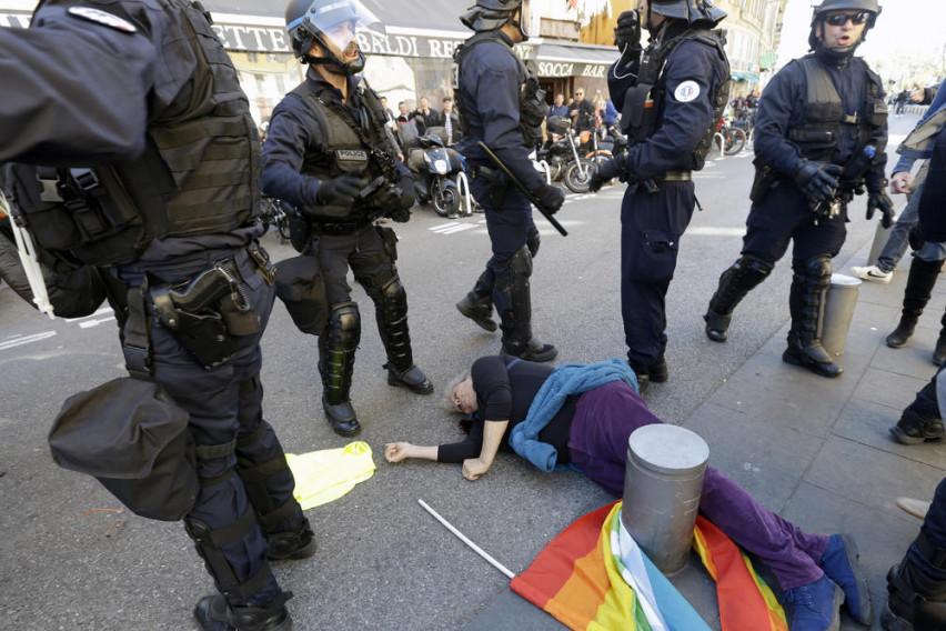 Вознемирувачко фото: Жестока реакција на француската полиција, брутално ги тепаат демонстрантите, настрада жена