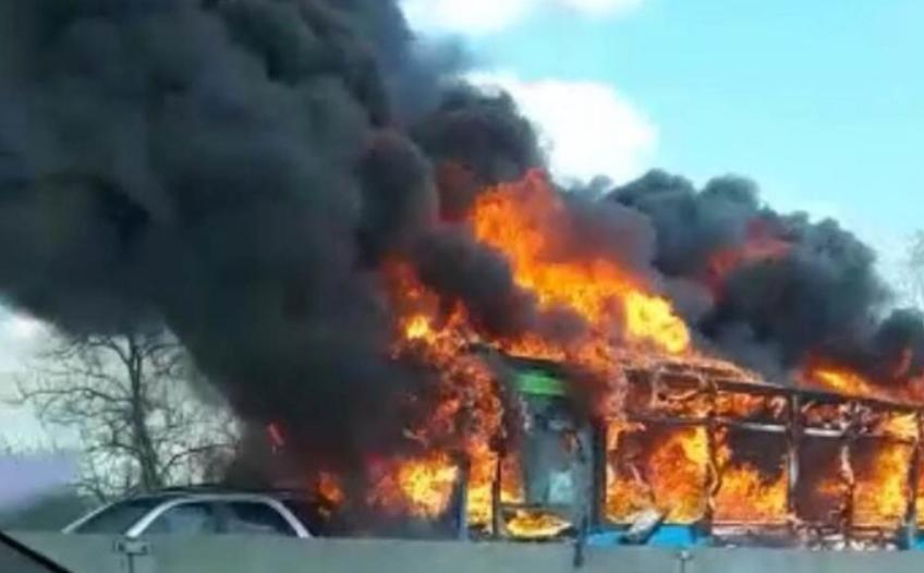 Се запали автобус полн со туристи, загинаа 26 лица