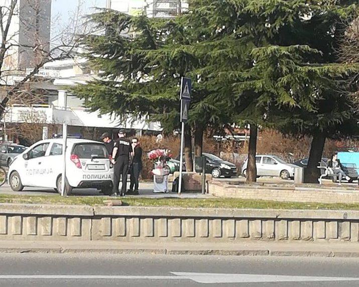 Тажна слика пред 8 март во центарот на Скопје: Ако крадеш милиони си најдобар другар на власта, а ако продаваш цвеќенце на улица…