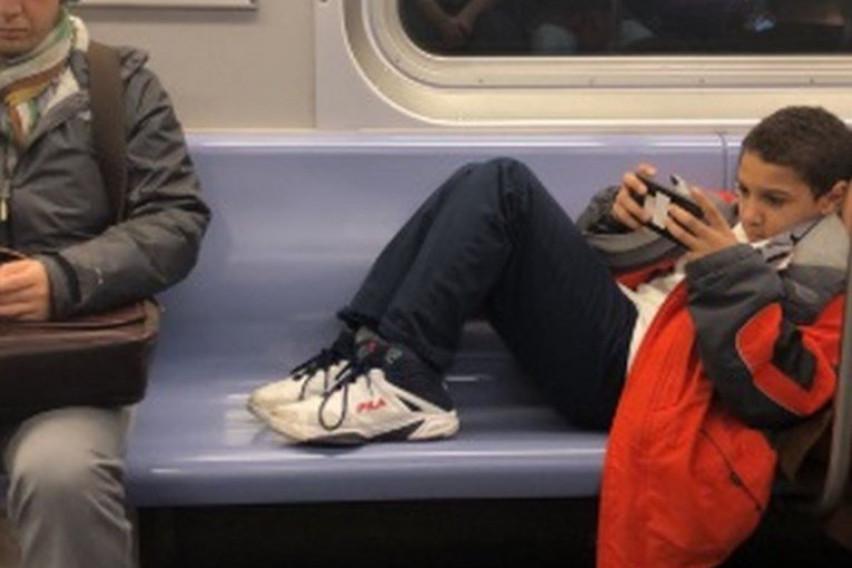Дете не сакало да ги тргне нозете од седиштето за да седнат други патници, па овој човек му одржа добра лекција (ВИДЕО)