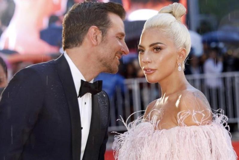 Една фотографија им ја откри тајната: Бредли на усните има трага од карминот на Гага (ФОТО)