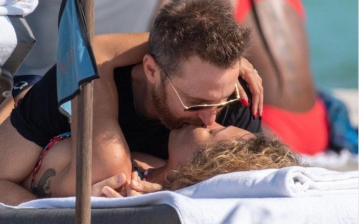 Не можеа да ја сокријат страста: 51-годишниот диџеј Дејвид Гета на плажа со двојно помладата девојка (ФОТО)