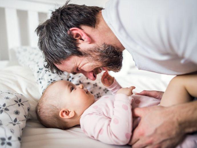 Науката тврди: Бебињата кои личат на татковците се поздрави од другите