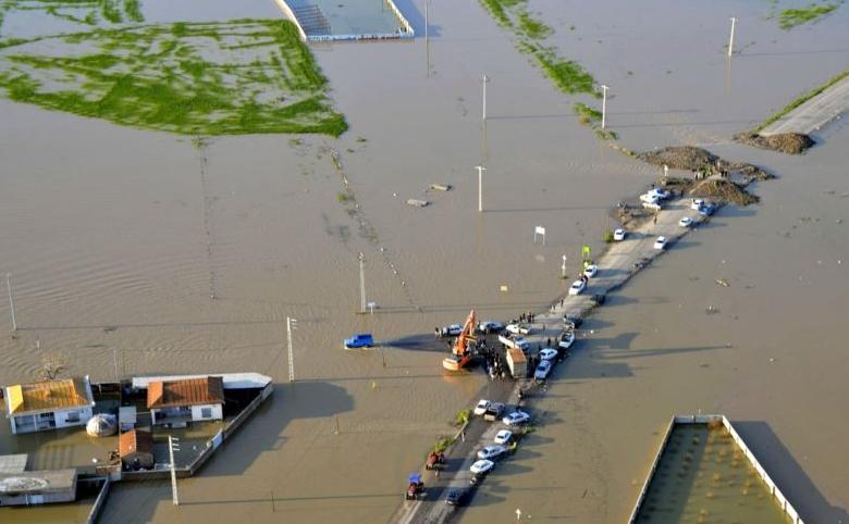 Трагедија поради невнимание: Со мобилен телефон сакале да ги снимаат поплавите, па се удавија (ВИДЕО)