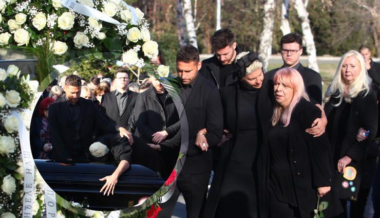 Вчера се фрли над ковчегот, денеска прави постапки кои ги загрижува сите: Каде замина Јелена неколку минути по погребот на мајка си (ФОТО)