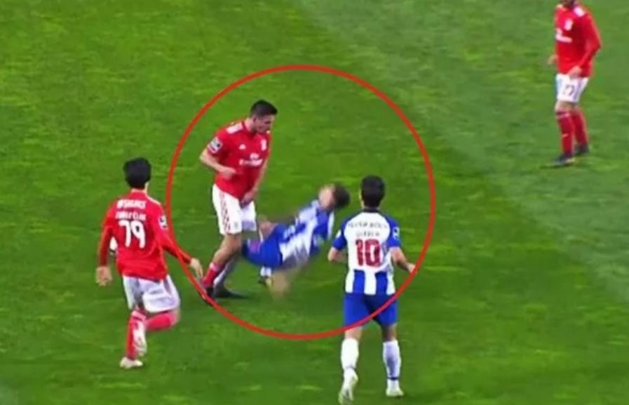 Каква глупост на фудбалерот: За неколку секунди доби два жолти картони (ВИДЕО)