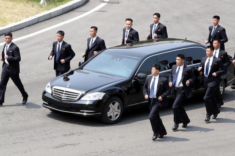 ВИДЕО: Телохранителите на Ким повторно хит на интернет- погледнете како влегуваат во автомобил во движење