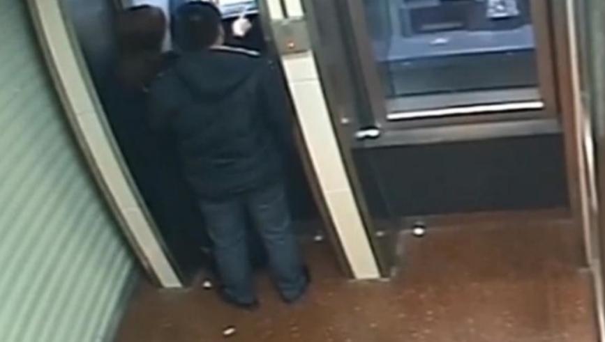 Ограбувал жена пред банкомат, па му паднало жал кога ѝ ја видел сметката (ВИДЕО)