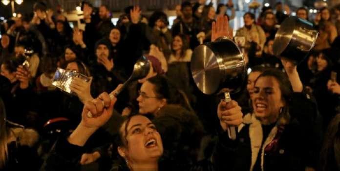 Удираа со тенџериња и тави: ВакаШпанките го дочекаа Денот на жената