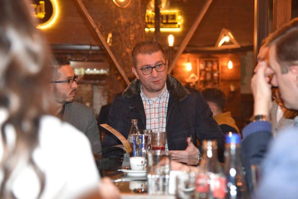 Мицкоски на средба со младите во Куманово: Никогаш не било полошо, никогаш не било по безнадежно, се вработуваат само роднини на функционери