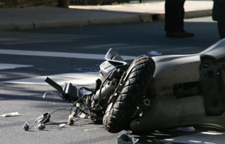 Малолетници повредени откако со мопед удриле во автомобил