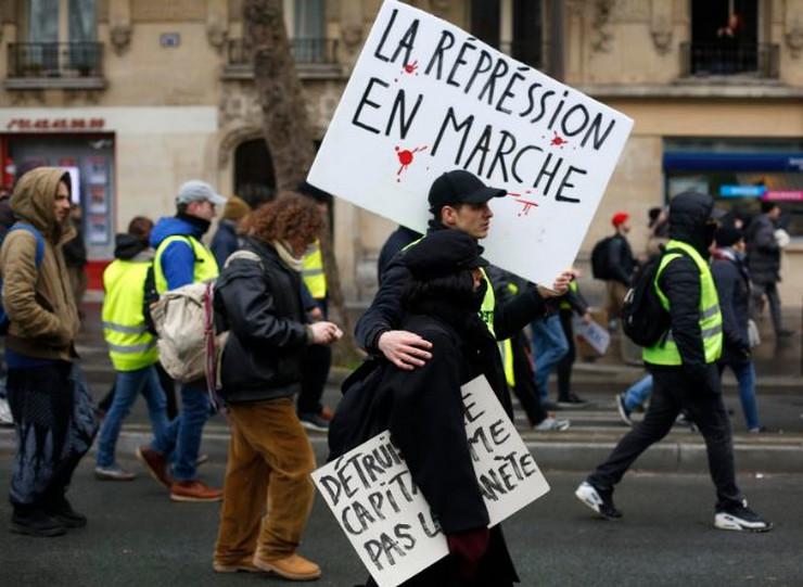 Франција: Жолтите елеци 17 викенд по ред излегуваат на протести