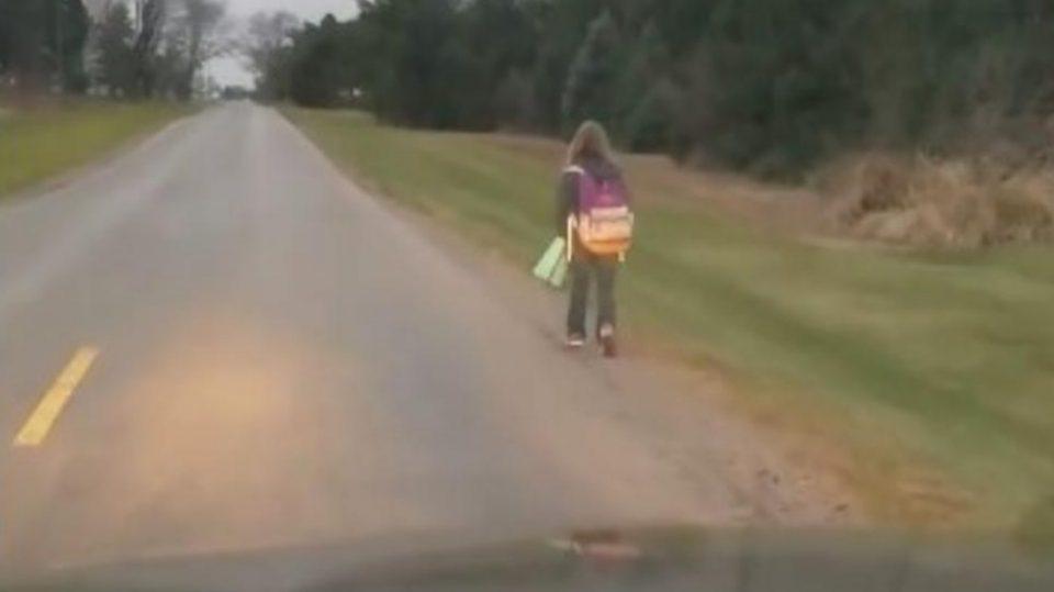 Ја натера својата ќерка да пешачи 8 километри: Кога ќе ја дознаете причината, нема да го осудите (ВИДЕО)