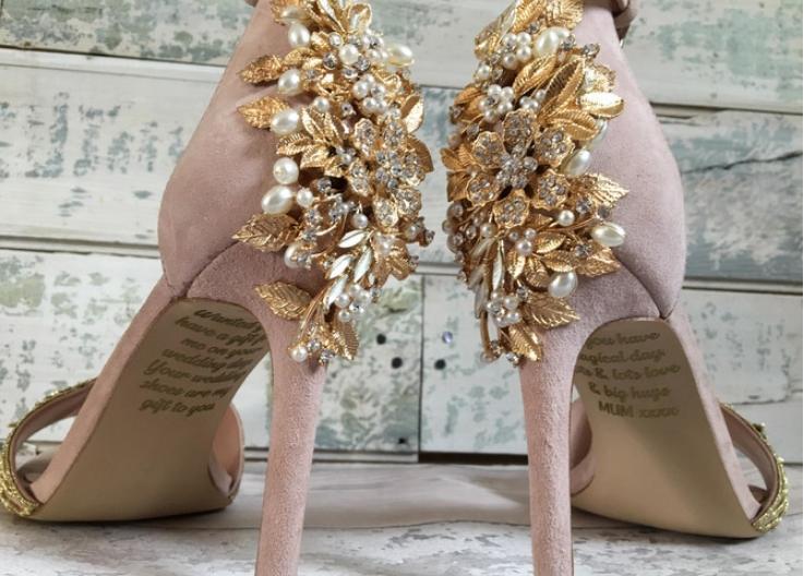 На свадбените чевли најде порака од покојната мајка: Овие зборови ја оставија без здив идната невеста (ФОТО)