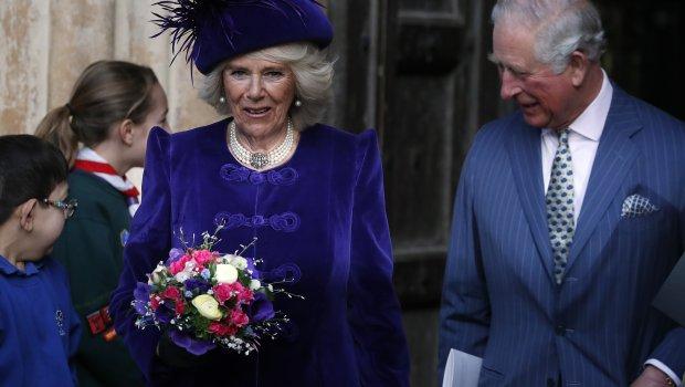 Прв пат уловен гол: Принцот Чарлс облече цветни шорцеви на плажа, додека Камила изгледа како просечна баба (ФОТО)