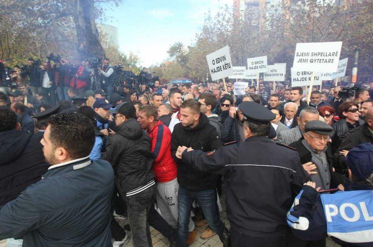 На протестот на опозицијата во Тирана употребен солзавец и водени топови