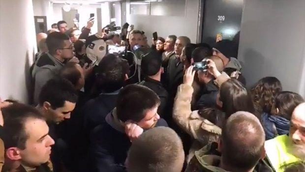 Србија: Едно лице е експресно осудено на затворска казна и уште четири лица приведени заради упадот во РТС