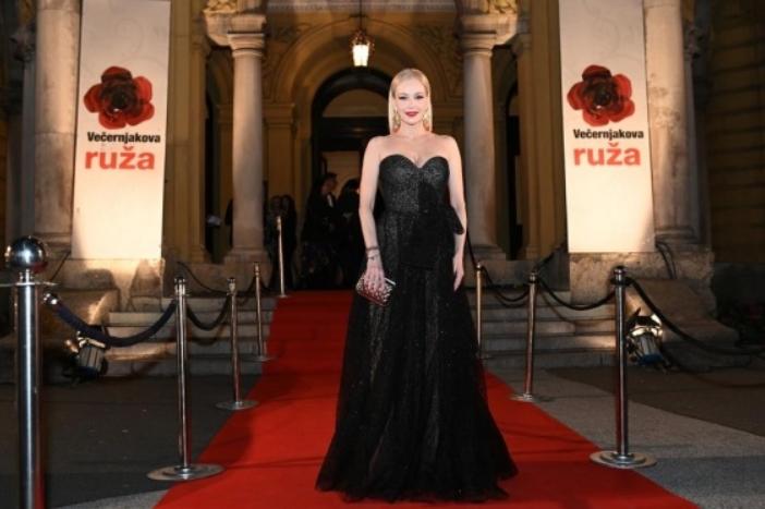 Гламурозна убавица: Сите очи вперени кон прекрасната Јелена Розга, оваа жена освојува (ФОТО)