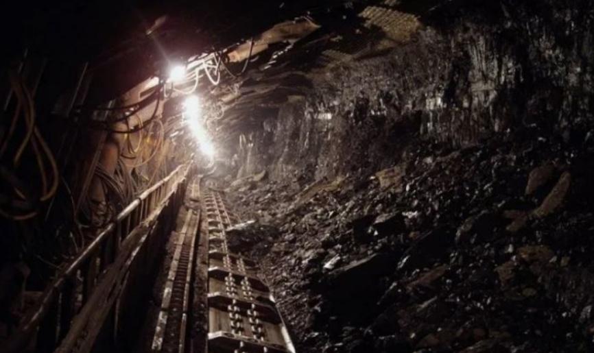 Најмалку тројца загинати во илегален рудник за злато во Индонезија