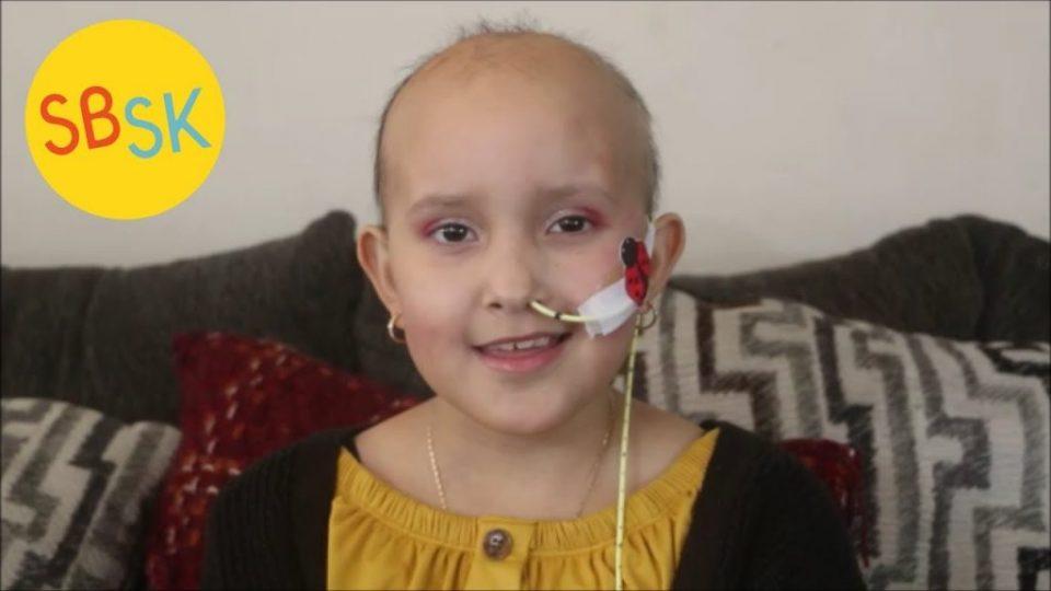 Приказната на девојчето со тумор кое не можело да најде придружба за приредба го крши срцето (ВИДЕО)
