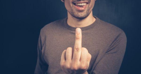 Американските граѓани имаат право да покажуваат среден прст на полиција
