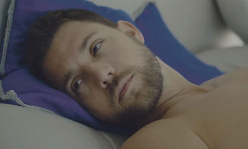 Секси манекенка ја соблекува долната облека додека тој гол лежи во кревет: Синот на Брена со нов жежок спот за сите (ВИДЕО)