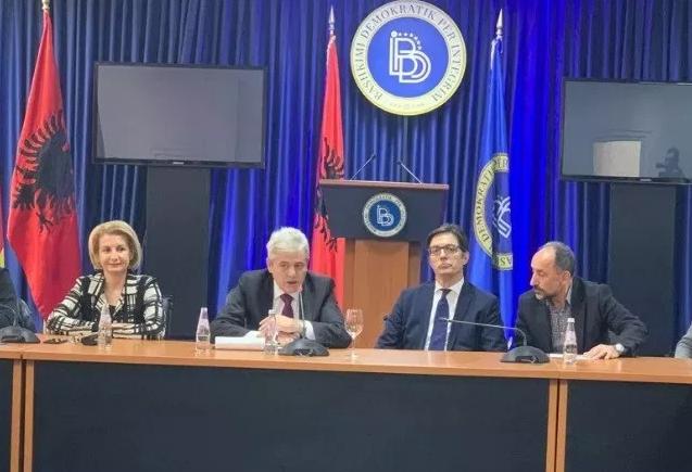ФОТО: Пендаровски во посета на Мала Речица, пречекан без македонските знамиња