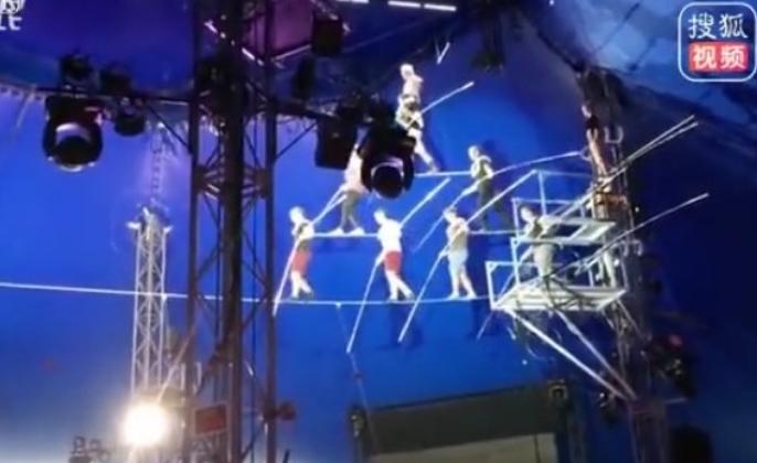 """Видео од кое ќе ви се """"преврти желудникот"""": Акробати на трапез прават пирамида, па паѓаат на земја од 7 метри висина"""