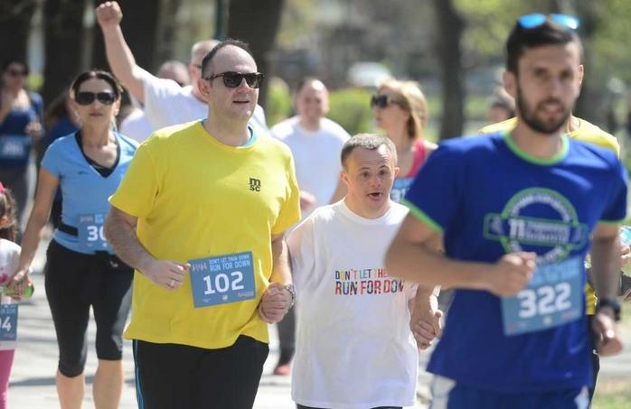 "Над 600 граѓани и компании трчаа на хуманитарната трка ""Run for Down"""