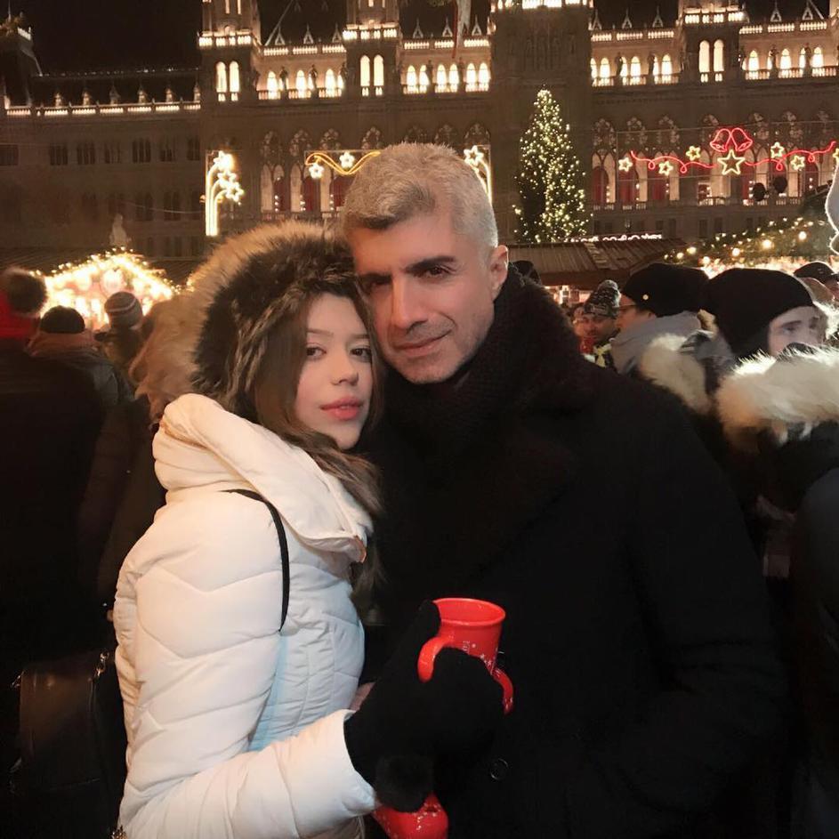 Турскиот актер ја оставил 20 години помладата сопруга бидејќи премногу трошела