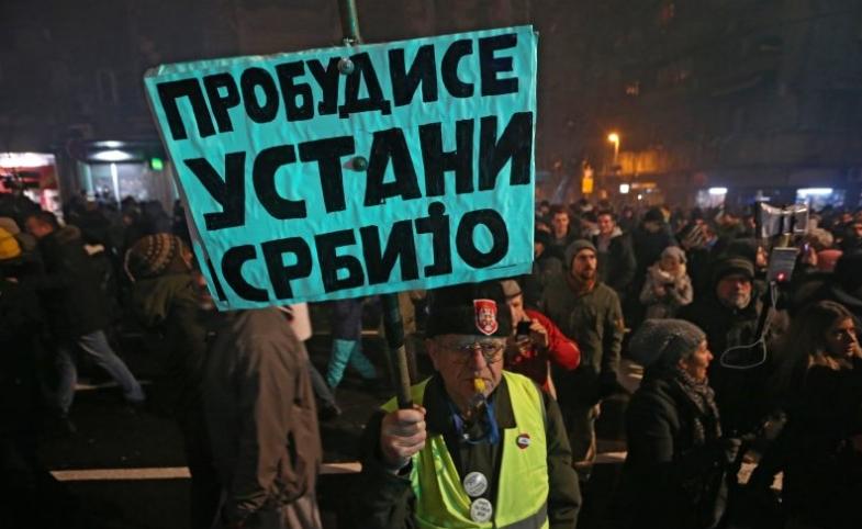 """Протести во Србија: """"Вучиќ, времето ти истече, пакувај си ги куферите""""!"""