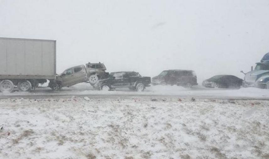 Снежна бура предизвика хаос: Се судрија повеќе од 100 возила, патници беа заробени во автомобилите