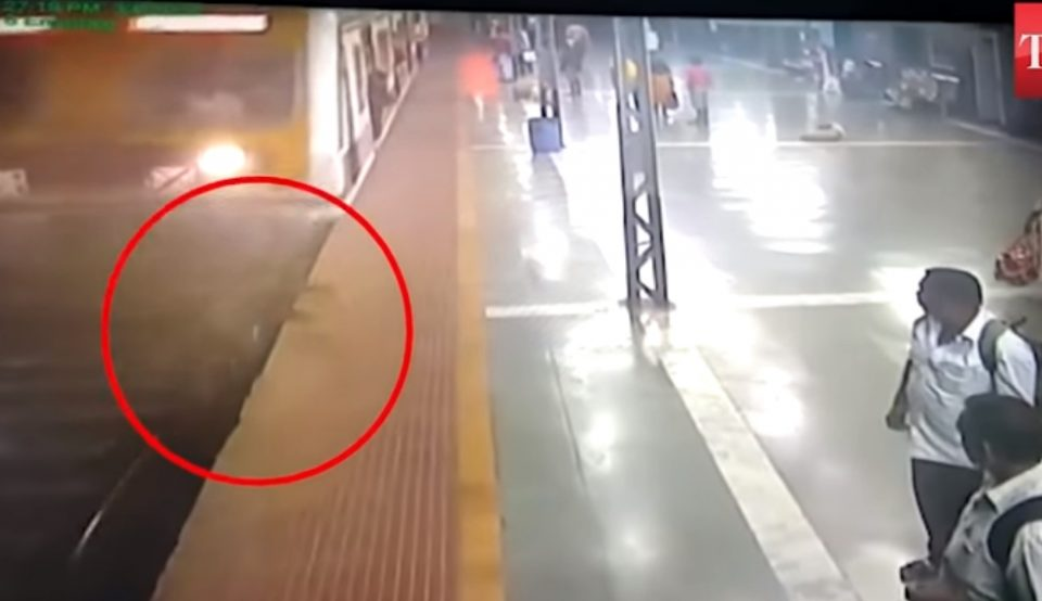 За влакно избегна сигурна смрт: Паднала под воз, а потоа се случи чудо (ВИДЕО)